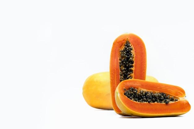 分離された種子と熟したパパイヤ果実の全体と半分