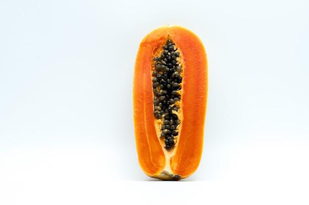 分離した種子と熟したパパイヤ果実の半分