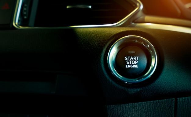 高級車のエンジン停止ボタンを起動します。キーレス自動車の車のエンジンを始動または停止するためのボタンを押し上げます。