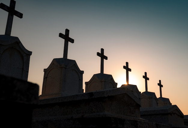 暗い空と夜の墓地または墓地。墓石と墓石墓地をクロスします。平和の概念で休んでください。葬儀のコンセプト。悲しみ、嘆き、そして死不気味で恐ろしい埋葬地。