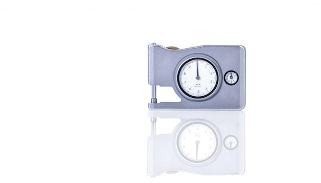 Толщиномер микрометра на белом фоне