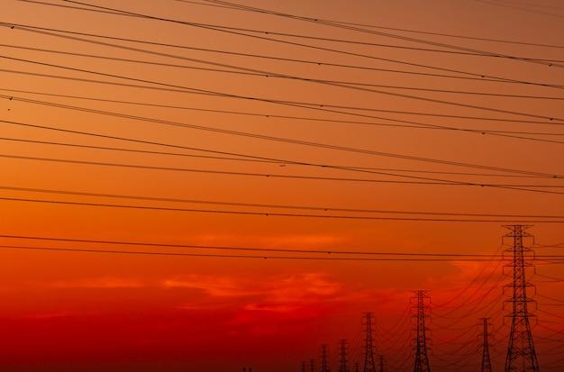 Высоковольтный электрический пилон и электрический провод с закатным небом