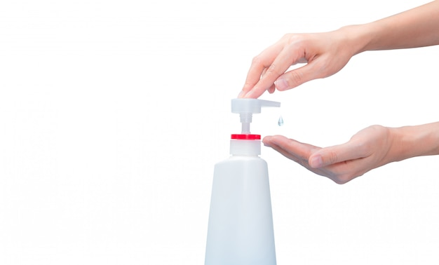 Женщина ручной насос дезинфицирующее средство для рук из пластиковой бутылки, чтобы падение алкоголя гель на ладони