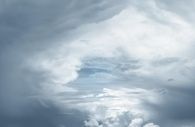 天空と白い雲。精神的な宗教的な背景。