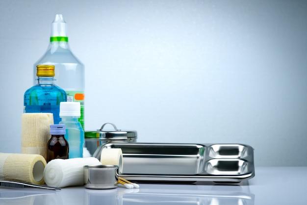 創傷ケアドレッシングセットとステンレススチールプレート、鉗子、ヨウ素カップ、適合包帯、弾性凝集保持包帯、防腐剤および生理食塩水ボトル、器具容器。医療用品。