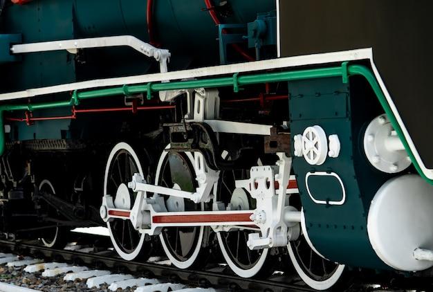 クローズアップアンティークヴィンテージ鉄道機関車。古い蒸気機関車。黒い機関車。古い輸送車両。