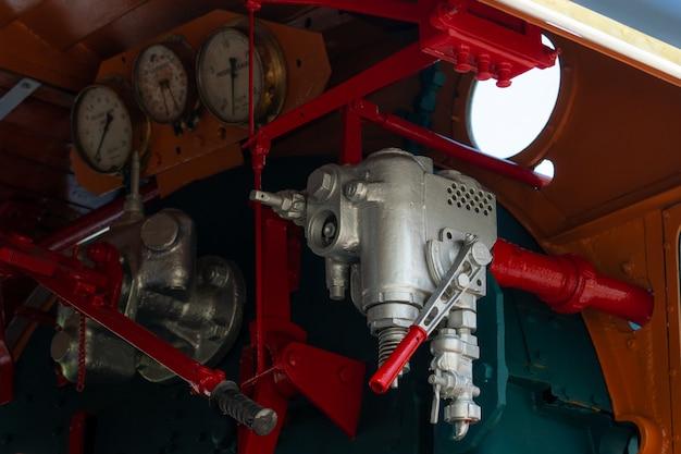 蒸気機関車のクローズアップ制御バルブ。方向性バルブにより、蒸気機関車のエンジン駆動システムに蒸気を流すことができます。鉄道輸送産業。列車は炉油で作動しました。