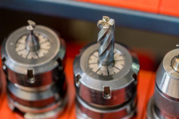 Фрезерный станок с чпу с металлическим концевым фрезерным карбидом на заводе промышленного производства. профессиональные режущие инструменты. технология резки металла. токарный цех автомобильной промышленности по автозапчастям.