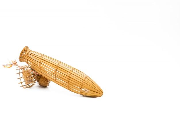 Маленькая бамбуковая ловушка для ловли бамбука в таиланде позволяет торговле процветать