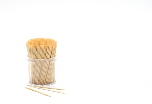 Бамбуковые зубочистки в круглом контейнере на белом фоне