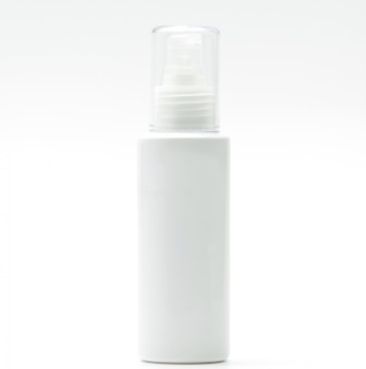 Косметическая бутылка с насосом на белом фоне, пустой ярлык, просто добавьте свой собственный текст