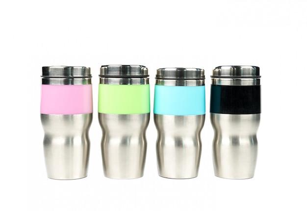 コピースペースで白い背景にピンク、緑、青、黒の魔法瓶