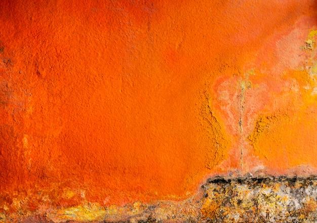 スペースでコンクリートの壁テクスチャ背景に古くて汚いオレンジ色が描かれました。
