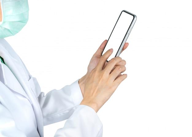 アジアの医師は、携帯電話を使用して看護師または医療提供者と通信し、病院の患者情報について相談します。女性の手を保持し、スマートフォンを使用して。