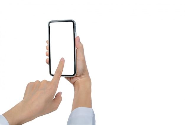 女性の手を保持し、スマートフォンを使用して。空白の画面を持つスマートフォンに触れるクローズアップ手は、空白の画面を持つ携帯電話を分離しました。