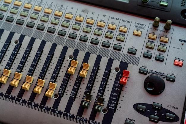 オーディオサウンドミキサーコンソール。サウンドミキシングデスク。レコーディングスタジオの音楽ミキサーコントロールパネル。フェーダーと調整ノブを備えたオーディオミキシングコンソール。音響技師。サウンドミキサー。