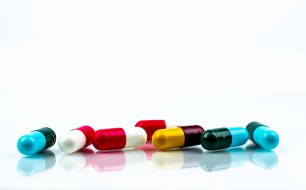 カラフルな抗生物質カプセルの丸薬。薬学のコンセプト。抗生物質耐性。製薬産業。薬局ドラッグストア。ヘルスケア薬。