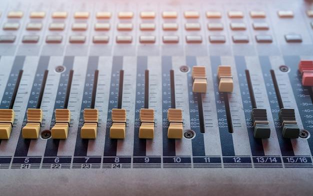 オーディオサウンドミキサーコンソール。サウンドミキシングデスク。レコーディングスタジオの音楽ミキサーコントロールパネル。オーディオミキシング