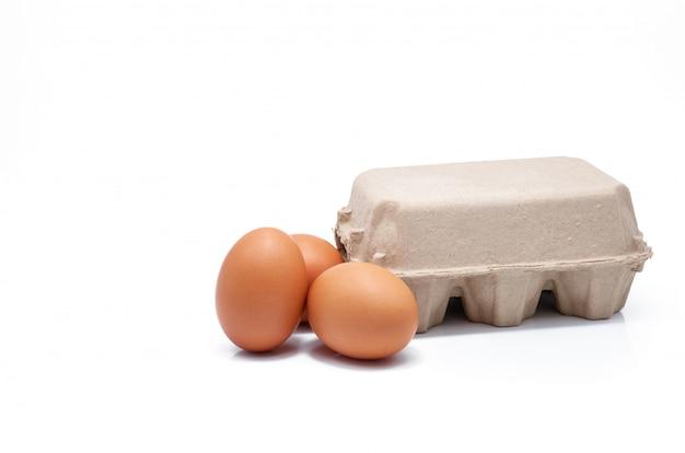Яйцо в бумажной коробке изолированы. яйца в картонной упаковке. зеленая упаковка. куриные яйца с органической фермы. картонная коробка коричневого цвета. бумажный контейнер. упаковка из переработанного лотка.