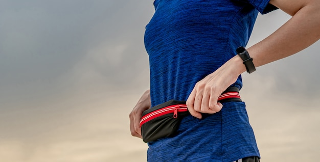 Молодая азиатская женщина носить браслет и поясной ремень. идущая кардио тренировка в концепции утра.