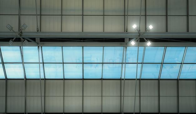 Крыша и стеклянные мансардные окна аэропорта. дизайн интерьера архитектуры. мансардные окна с подсветкой. современная конструкция крыши здания. светодиодная лампа на потолке.