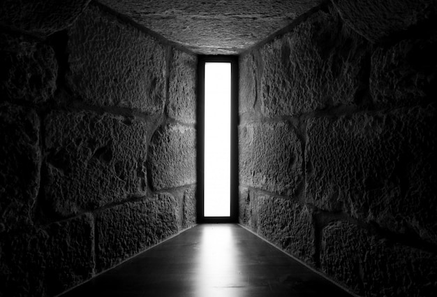 Взгляд перспективы конкретной и каменной стены с окном окна в крыше окна. дизайн интерьера архитектуры. интерьер дома. световой дизайн для жилищного строительства.
