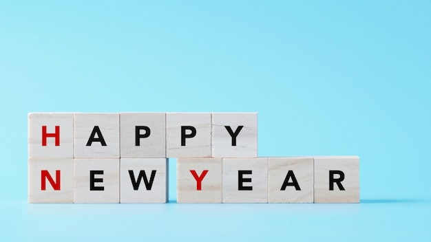 С новым годом текст на фоне дерева куба изолированных