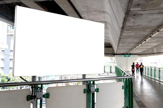 ビルボード広告の空白の白い画面。公共の通路での屋外ポスター