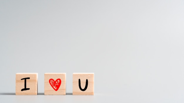 «я тебя люблю» милые рисованной буквы и символ сердца на деревянный куб, концепция для дня святого валентина