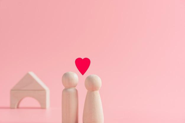 カップルの夫と妻が愛を一緒に共有することの抽象的な概念は、家に立って、家族、バレンタインの日を作成する計画