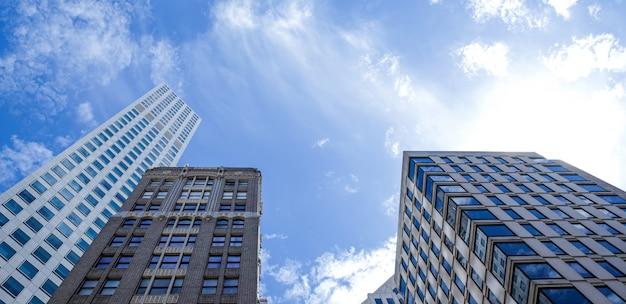 サンフランシスコ、アメリカ。近代的なタワービル、晴れた日に雲と金融街の高層ビル