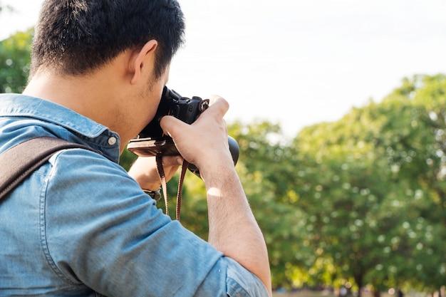 写真を撮る男性カメラマン