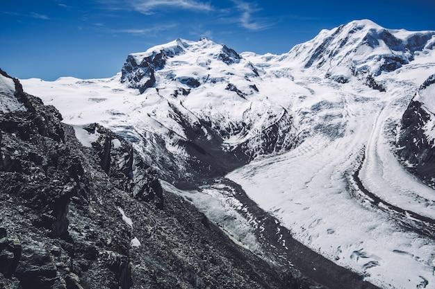 風景山の雪とスイスの霧