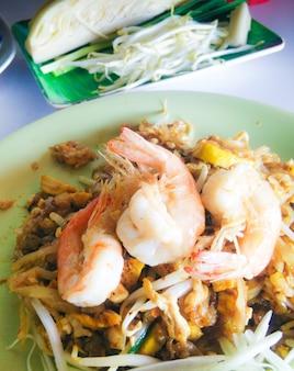 タイの国民料理、炒めたラーメン