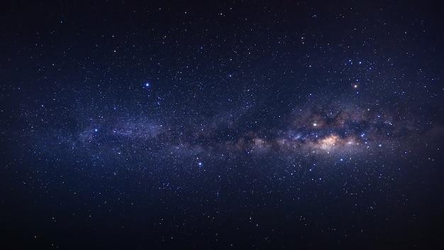 Панорама ясно млечный путь галактики со звездами и космической пыли во вселенной