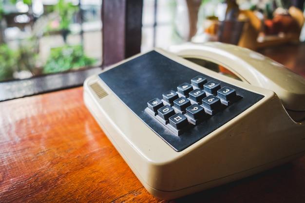 レトロなビンテージスタイルの古い電話、電話プッシュボタンダイヤルヴィンテージ