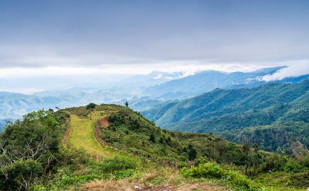 Гора с небесным пейзажем между путями