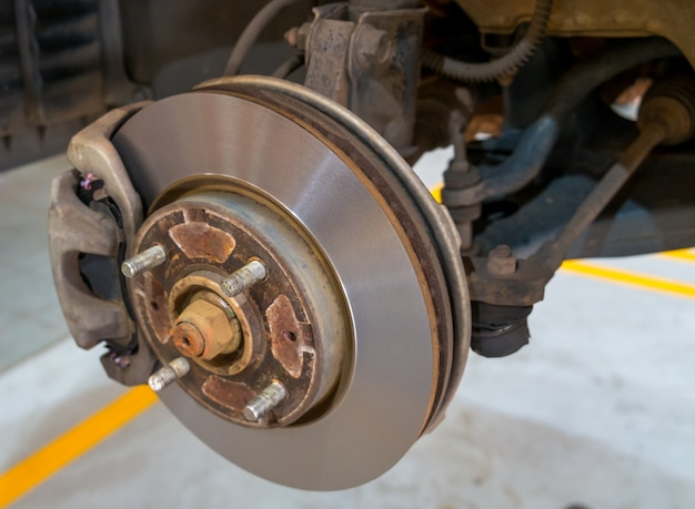 オートサービスでのメンテナンス中の車のディスクブレーキ
