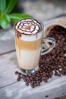 チョコレートシロップアートのホットラテマキアートコーヒー