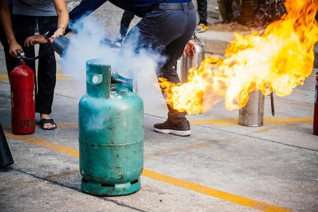 従業員消防訓練、消火する。