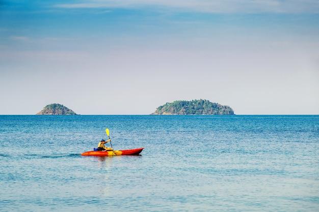 チャン島の海でカヤックをする男