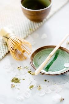 テーブルの上にボウルに緑茶抹茶