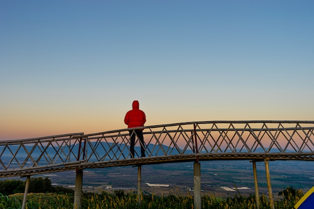 タイ、チェンライ県バンドイサンゴチェンセーンの竹橋の上に立っているアジア人のシルエット。