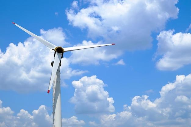 Ветровые турбины для хранения энергии ветра для использования в качестве альтернативной энергии на голубом небе и облаке.