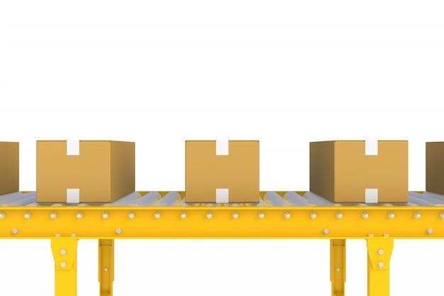白い背景上に分離されて黄色のコンベアライン上の空の段ボール箱