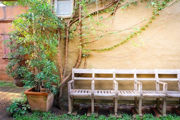 ビンテージの椅子、ビンテージリゾートホテル、コンセプトの夏の背景