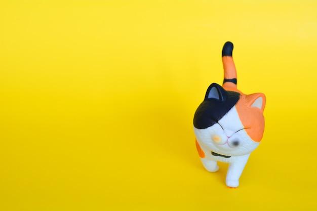 Игрушка кота изолированная