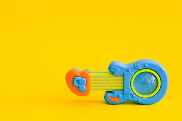 分離されたおもちゃのギター