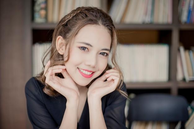 Красивая улыбка молодых азиатских женщин. портрет милой девушки с чистой, свежей и идеальной кожей.