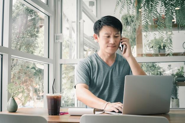 Человек-фрилансер работает в интернете у себя дома.